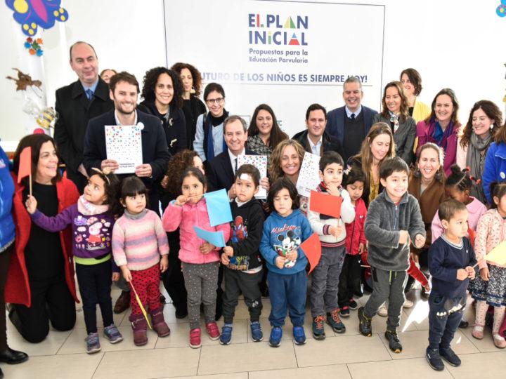 El Plan Inicial entrega al Ministro de Educación sus propuestas para mejorar la Educación Parvularia con 16 mil firmas de apoyo