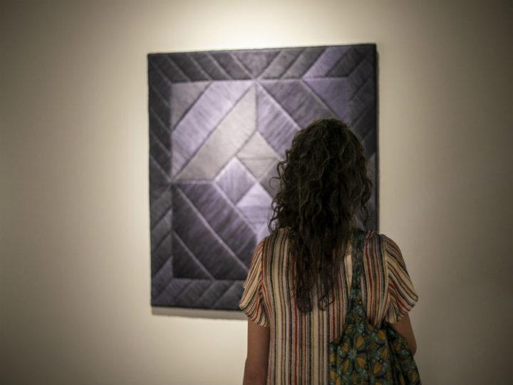 Sheila Hicks, la artista textil más importante del mundo, llega a Antofagasta con Reencuentro